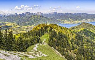 Weite Berglandschaft, die zu Aufbruch und Veränderung einlädt.